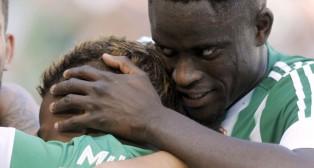 Ndiaye abraza a Musonda (Foto: Juan José Úbeda).
