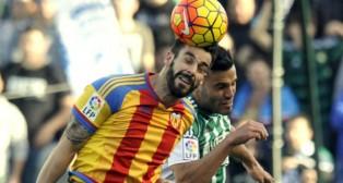 El defensa bético Bruno salta con el delantero del Valencia Negredo (Foto: J. J. Úbeda)
