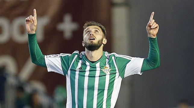 Pezzella mira y señala al cielo en la celebración del gol al Sporting (Foto: EFE)