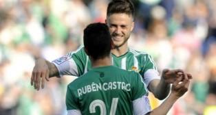 Van Wolfswinkel felicita a Rubén Castro tras el gol anotado ante el Valencia (Foto: J. J. Úbeda)