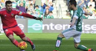 Rubén Castro remata a gol ante el portero del Valencia Ryan (Foto: J. J. Úbeda)