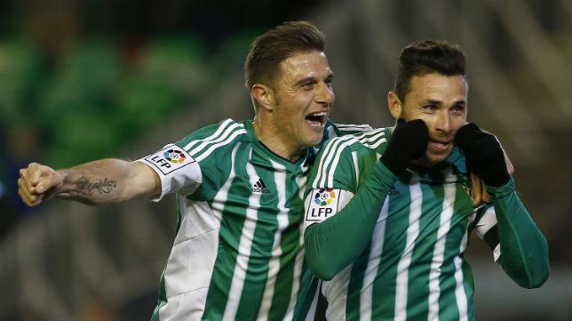 Rubén Castro y Joaquín celebran un gol del Betis (Foto: EFE)