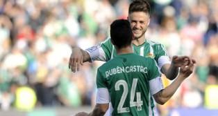 Van Wolfswinkel y Rubén Castro se felicitan en el Betis-Valencia (Foto: Juan José Úbeda).