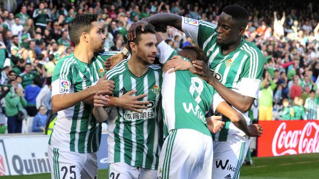Rubén Castro es felicitado por sus compañeros tras marcar ante el Valencia (Foto: J. J. Úbeda)