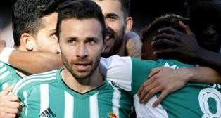 Rubén y sus compañeros celebran el gol bético (Foto: EFE).