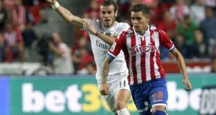 Tony Sanabria, del Sporting de Gijón, delante del madridista Bale