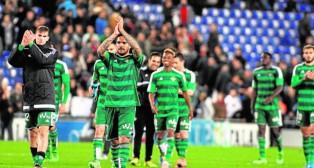 Los jugadores del Betis agradecieron el apoyo a los aficionados al término del partido (Foto: Ignasi Paredes/ABC)