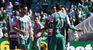 Bruno y Pezzella, durante el Betis-Granada (Foto: Raúl Doblado)