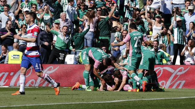 Los jugadores del Betis celebran junto a la afición el gol de Ndiaye al Granada