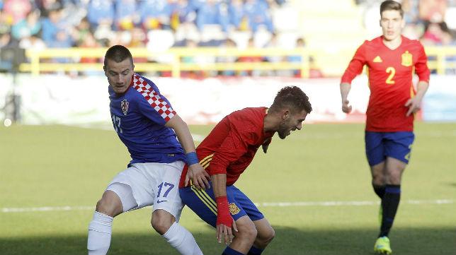 Dani Ceballos controla ante Pavicic en el España-Croacia sub 21 jugado en Burgos (Foto: EFE)