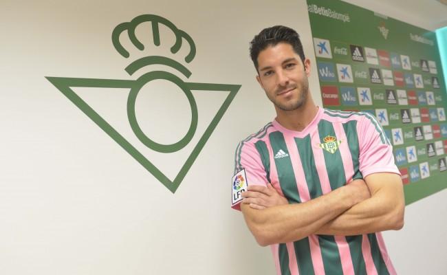 Cejudo posa con la equipación especial rosa y verde (Foto: RBB).