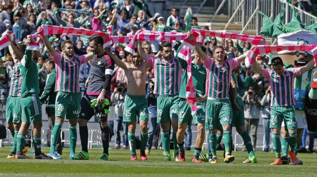 Los jugadores del Betis celebran la victoria frente al Granada en la celebración del día de la mujer con las bufandas conmemorativas
