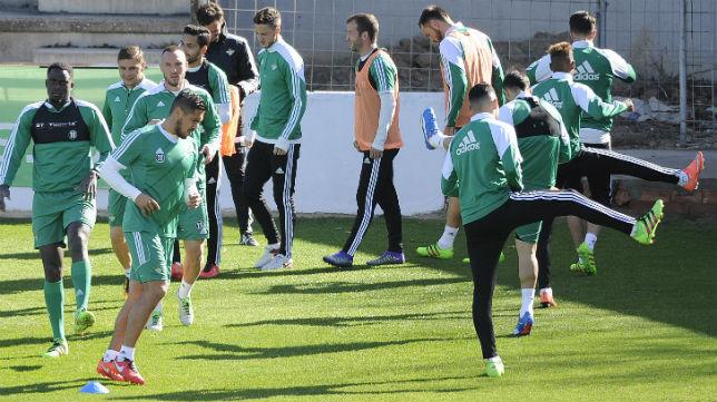 Un grupo de jugadores del Betis inicia una sesión de entrenamiento en la ciudad deportiva (Foto: Jesús Spínola)
