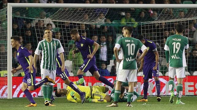 Los jugadores del Málaga celebran el gol de Camacho al Betis en el Villamarín la pasada temporada (Foto: Raúl Doblado)