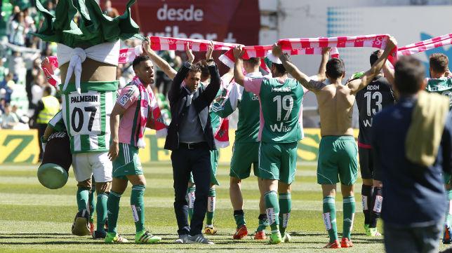 Juan Merino, con los jugadores del Betis (Foto: Raúl Doblado)