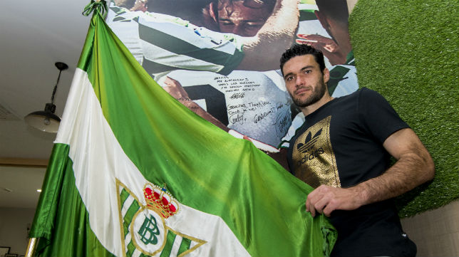 Jorge Molina posa para ABC en la ciudad deportiva Luis del Sol (Foto: J. J. Úbeda)