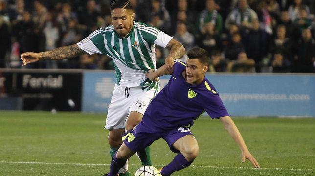 Vargas disputa un balón con el jugador del Málaga Juanpi (Foto: Raúl Doblado)