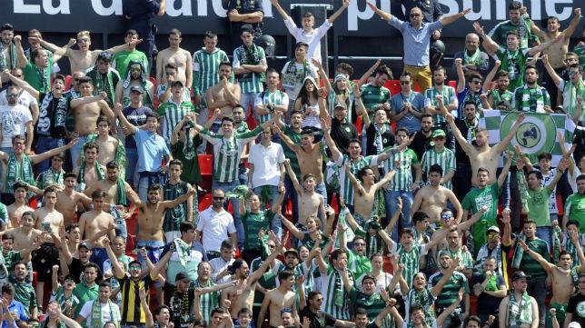 Imagen de la afición del Betis en el Sánchez-Pizjuán en el derbi liguero de la segunda vuelta (Foto: J. J. Úbeda)