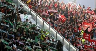 Imagen de las aficiones del Betis y del Sevilla en uno de los derbis de esta temporada (Foto: ABC)