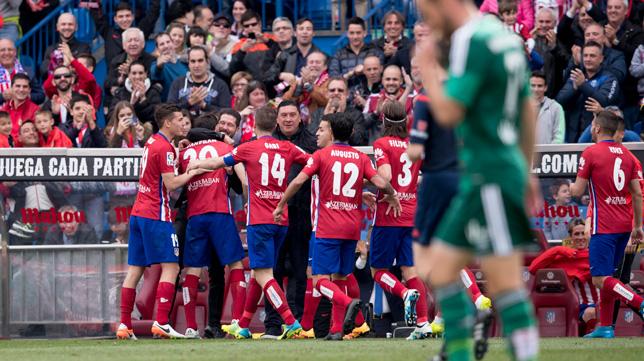 Los jugadores del Atlético celebran uno de sus goles ante el Betis