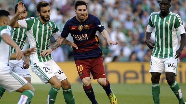 Pezzella trata de tapar a Messi en una acción
