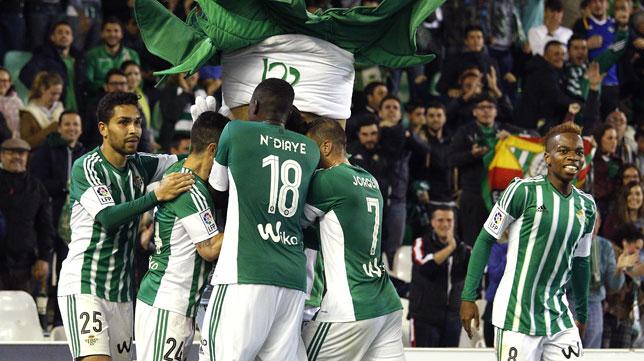 El grupo bético celebra el gol de Van Wolfswinkel