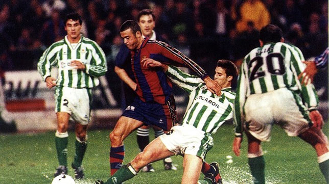 Merino hace una entrada a Luis Enrique en el Betis-Barcelona de enero de 1997