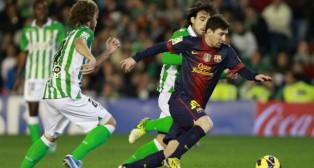 Messi se marcha de los béticos Beñat y Cañas en un partido jugado en 2012 (Foto: Reuters)