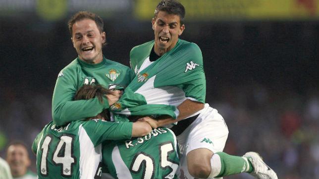 Nano, Isidoro y Capi celebran con Sobis el gol logrado en el Camp Nou en 2007 (Foto: EFE)