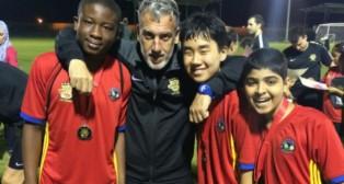 Oli, con varios de los futbolistas que acuden a la academia en Arabia Saudí