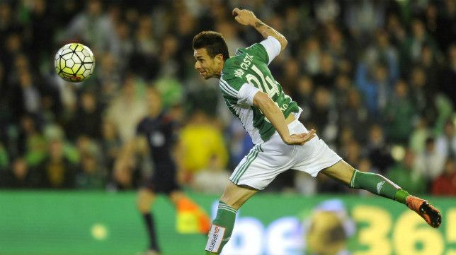 Rubén Castro remata a portería en el Betis-Levante