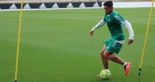 Vargas sortea unas picas con el balón en un entrenamiento (Foto: www.realbetisbalompie.es)
