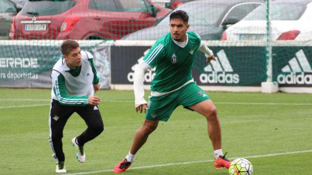 Vargas inicia una jugada ante Portillo en un entrenamiento (Foto: www.realbetisbalompie.es)