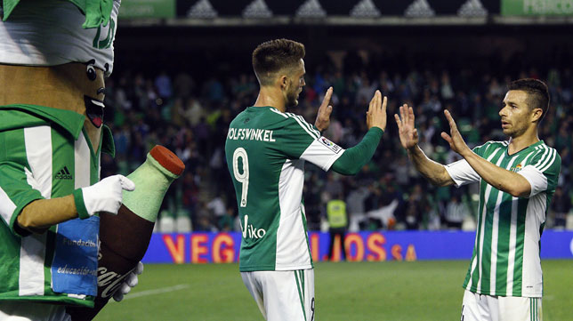 Van Wolfswinkel es felicitado por Rubén Castro