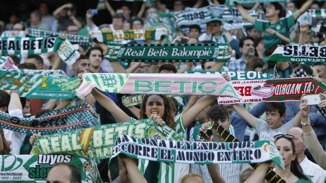 Imagen de la afición bética ante el partido frente al Barcelona (Foto: Raúl Doblado)
