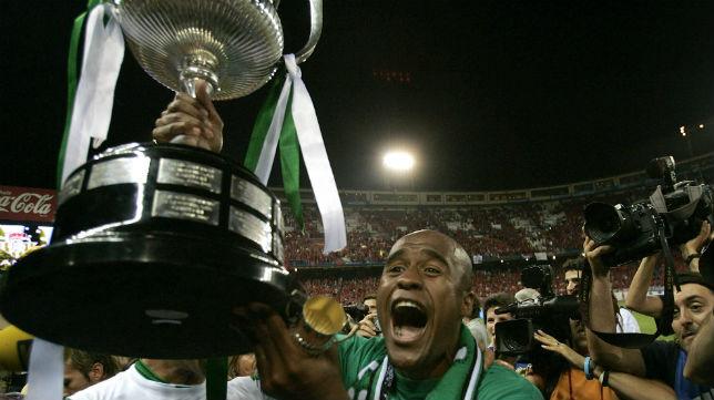 Assunçao muestra su alegría por la consecución de la Copa del Rey del 2005 en el Calderón (Foto: AP)
