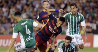 Bruno, Pezzella y Petros enciman a Neymar