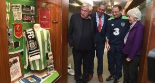 El director ejecutivo de la FAI y el seleccionador de Irlanda estuvieron presentes en la inauguración de la exposición en Abbotstown