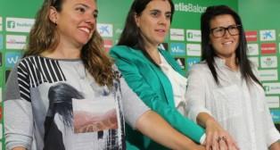 María Pry, María Victoria López y Beita, posan en la sala de prensa del Benito Villamarín (Foto: Real Betis)