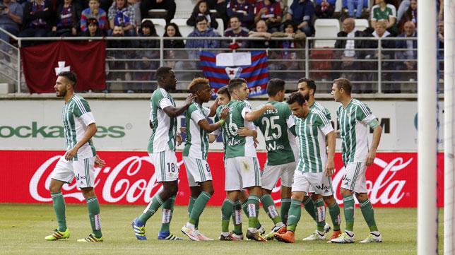 Los jugadores del Betis celebran el 0-1 de Rubén ante el Eibar (Foto: Efe).
