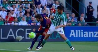 Imagen del primer pisotón de Dani Ceballos a Piqué (Foto: @casadelfutbol)