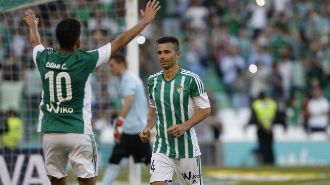 Rubén Castro celebra con Dani Ceballos el gol logrado de penalti ante el Getafe (Foto: Raúl Doblado)
