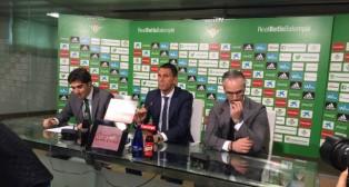 Ángel Haro, Gustavo Poyet y Miguel Torrecilla, en una rueda de prensa del Betis