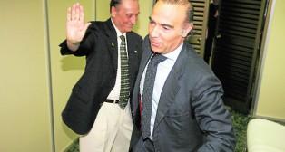 Lopera y Oliver se saludan en el verano del 2010 escenificando aquel traspaso de poderes en el club (Foto: Raúl Doblado)