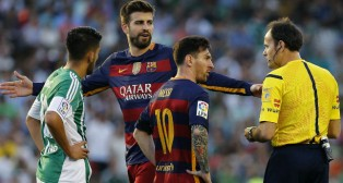 Mateu amonesta a Messi en presencia de Piqué y Dani Ceballos (Foto: EFE)