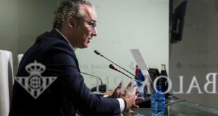 Miguel Torrecilla atiende a la prensa en su presentación como director deportivo del Betis (Foto: J. J. Úbeda)