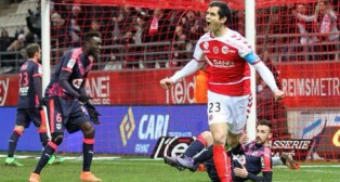 El defensa del Stade de Reims Aissa Mandi celebra un gol durante la pasada temporada (@aissamandi23)