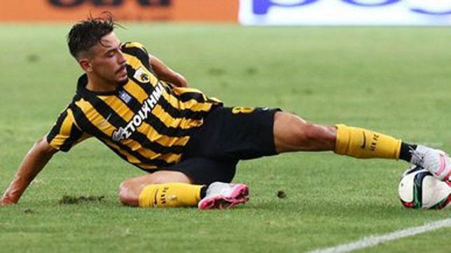 Andre Simoes, en un partido con el AEK