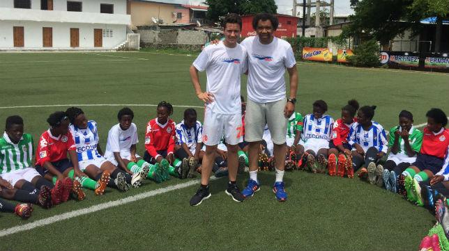 Ander Herrera y Benjamín posan con un grupo de niños en Guinea Ecuatorial (Foto: @BZarandona)