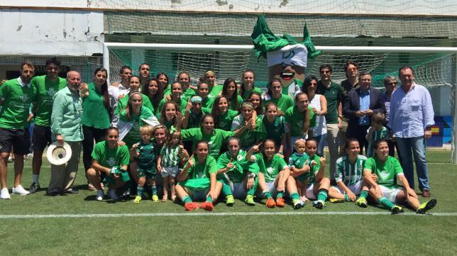 María Pry y sus jugadoras posan con el presidente y los consejeros del Betis que las han apoyado en el ascenso (Foto: Betisweb)